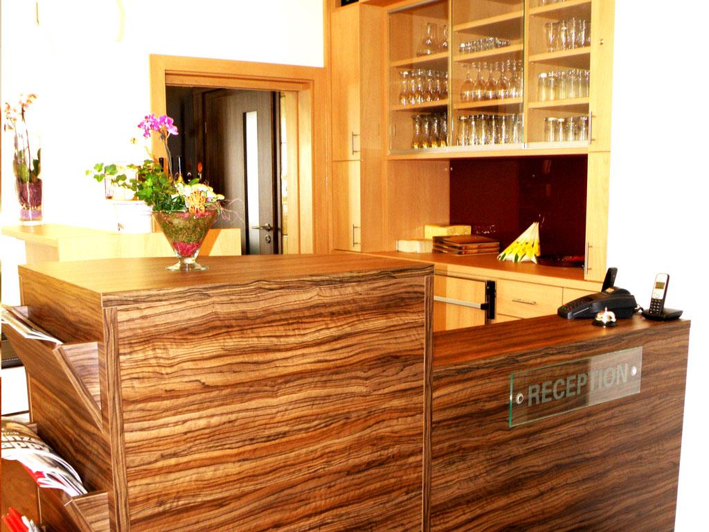 Stilvoll integriert ist eine sich farblich und optisch abgrenzende Rezeption mit Lounge wo wir Sie gerne empfangen.